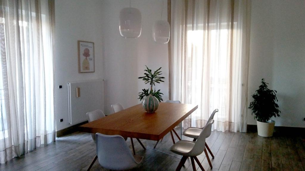 Sala da pranzo con tavolo in legno e sedie di design