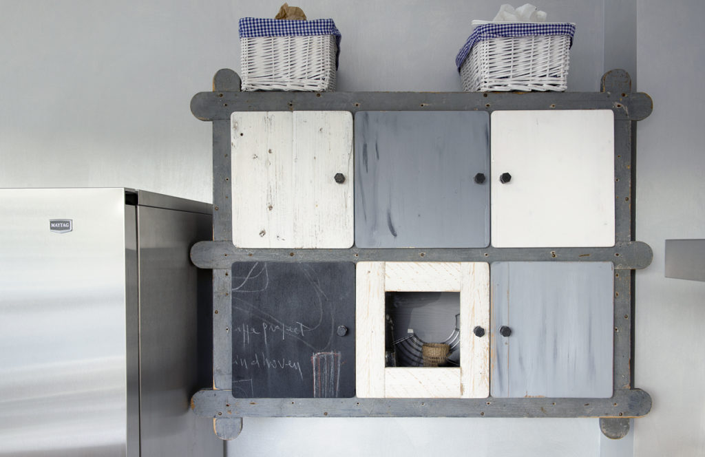 pensile cucina in legno di recupero grigio con inserti in lavagna