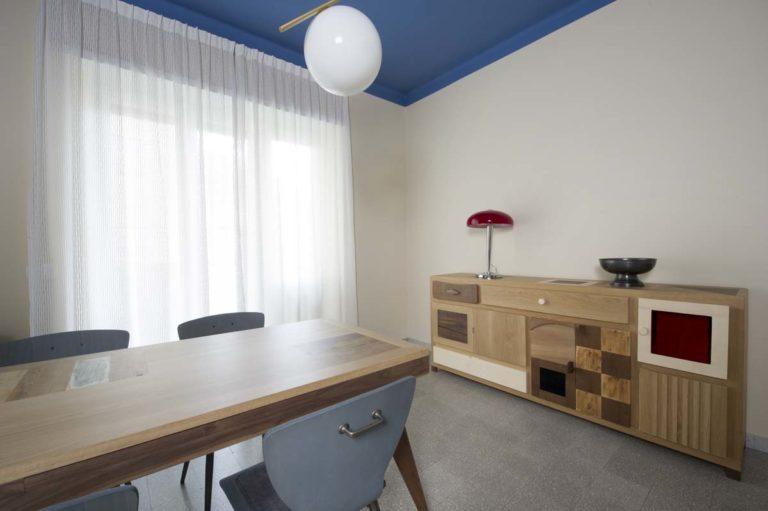 soggiorno con credenza e tavolo in legno massello contemporaneo