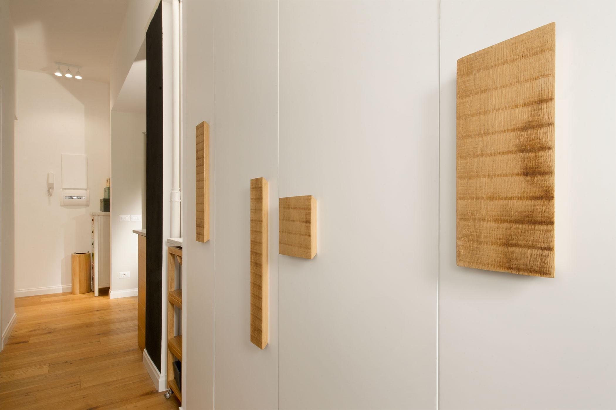 Armadio in legno laccato bianco con maniglie di legno riciclato