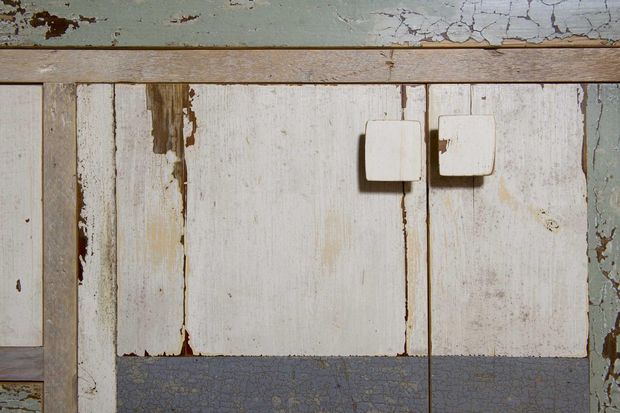 Dettaglio del cassetto della credenza Northern Light, colori tenui che ricordano i paesaggi del nord. Design originale de Laquercia21