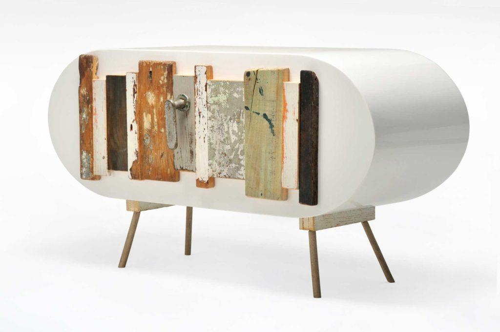 Cassettiera contemporanea con frontale in legno recuperato colorato e laccatura bianca