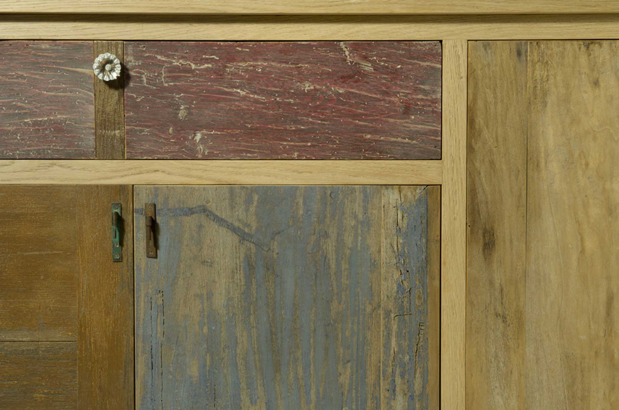Credenza artigianale con struttura in legno massello naturale con cassetti e sportelli in legno di recupero