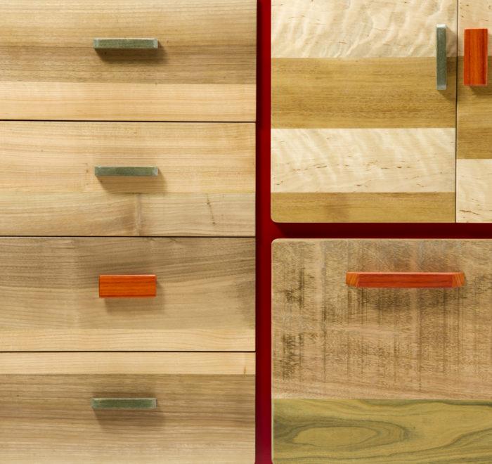 Credenza artigianale con legni massello. Struttura laccata rosso opaco.