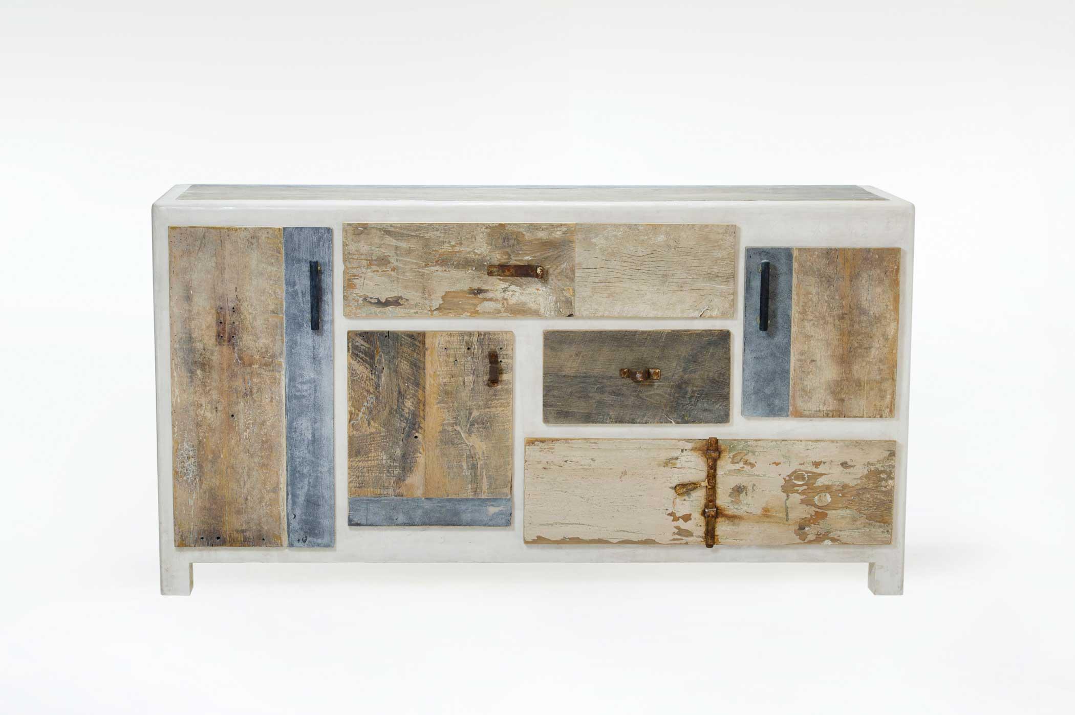Madia con cassetti ed ante in legno rigenerato con struttura ricoperta di resina grigia.