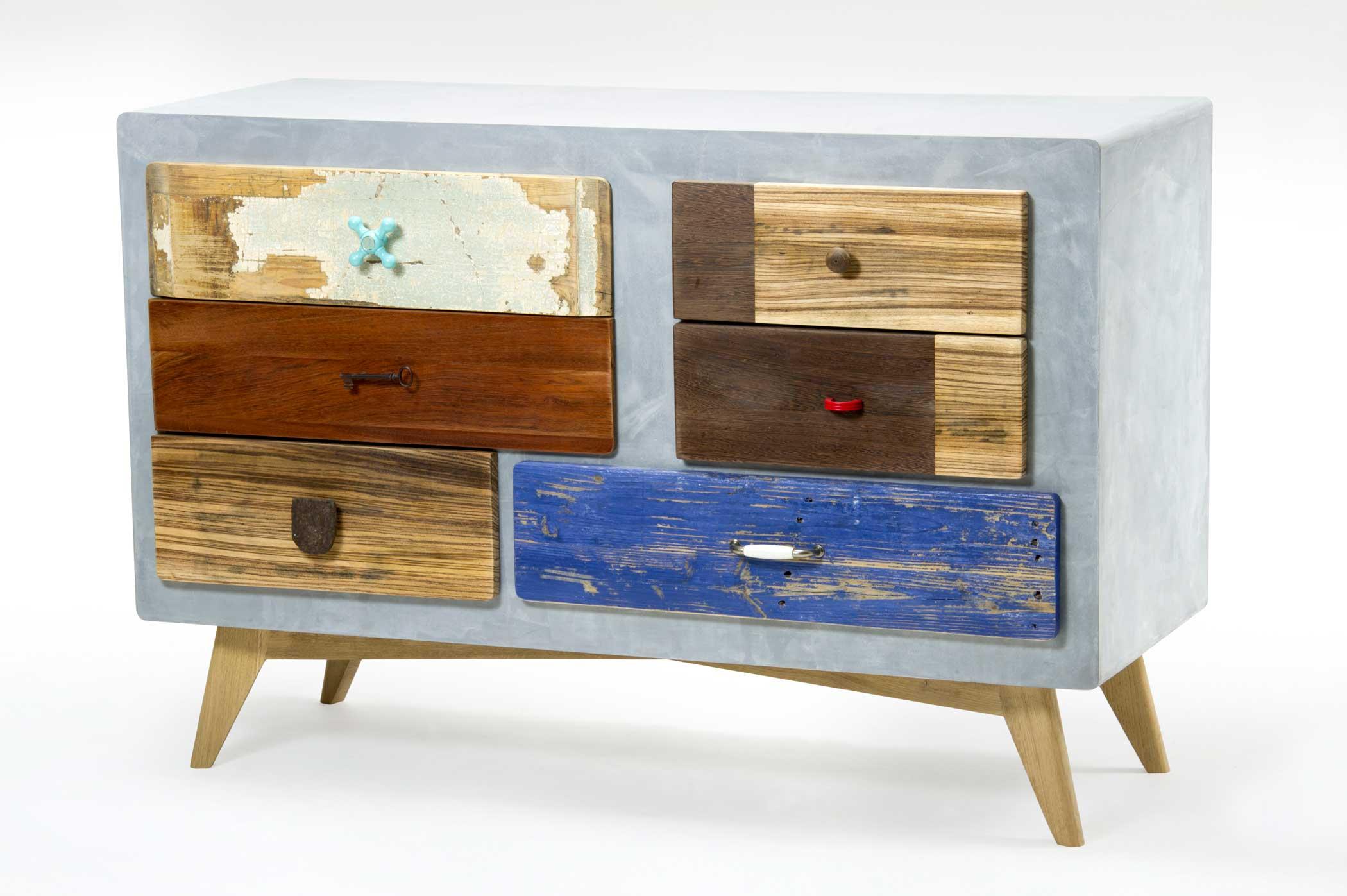 Credenza rettangolare struttura in legno ricoperto di resina e frontali in legno di recupero bonificato. Su misura.