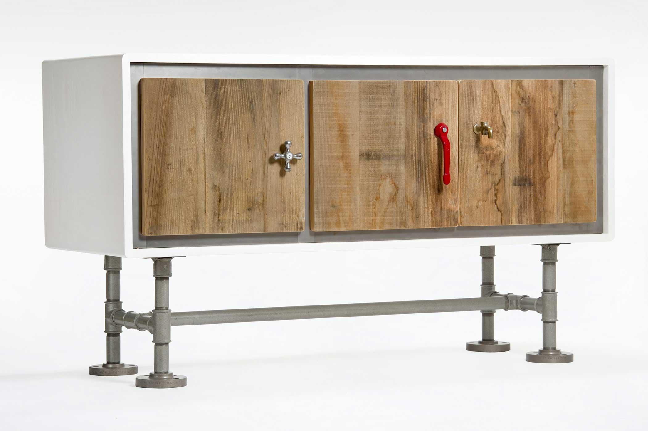 Credenza in stile industriale, struttura laccata bianca, sportelli in legno da costruzione, gambe costruite con tubi idraulici. Maniglie oggetti idraulici.