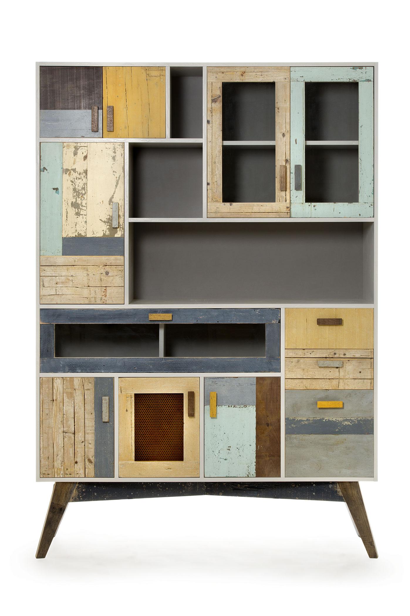 Dispensa alta per cucina con legni di recupero sui toni del girgio. Ante e struttura in legno riciclato restaurato