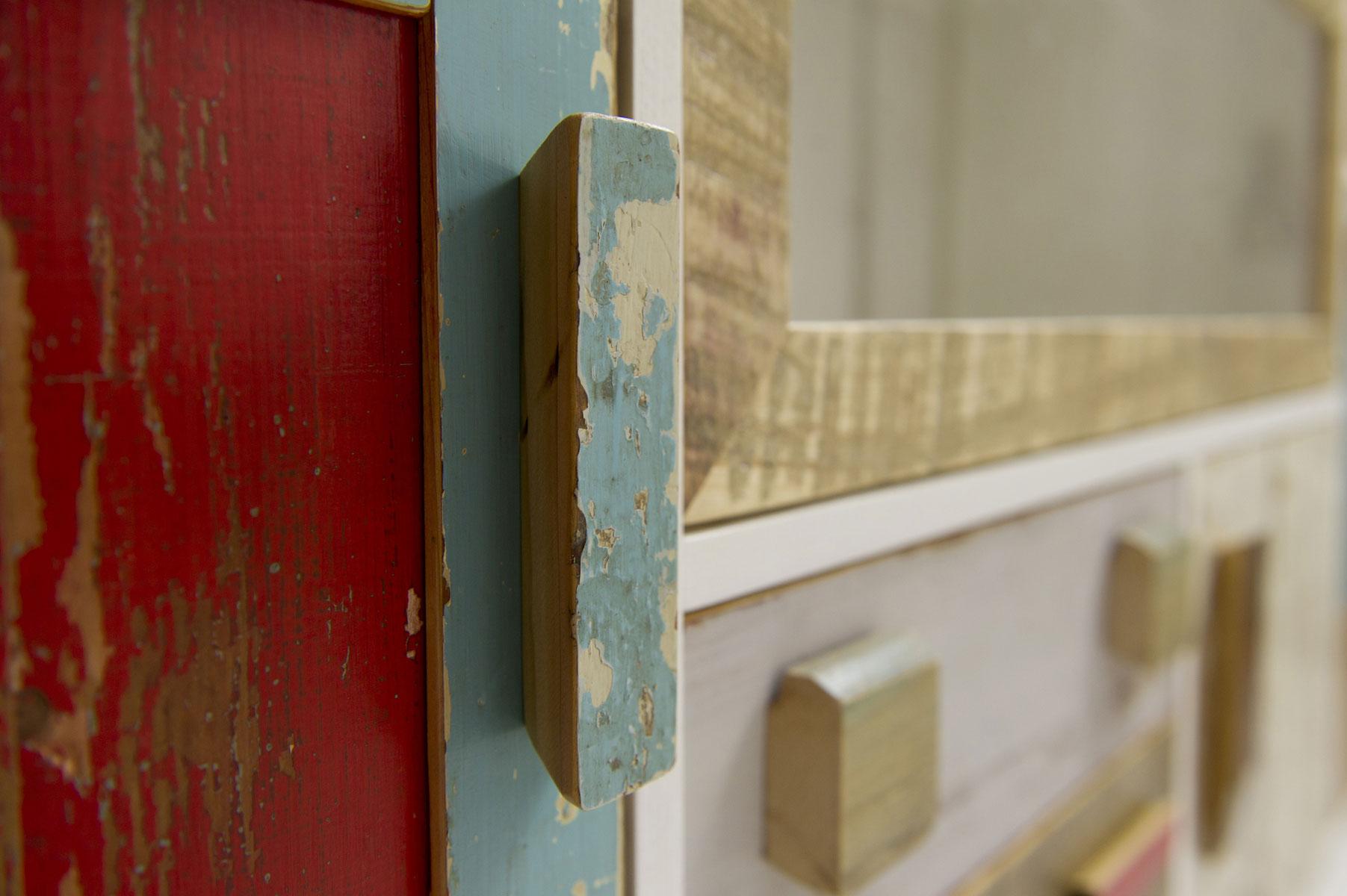 Credenza con una parte lunga e un modulo alto. Struttura in mdf laccato bianco e sportelli in legno riciclato colorato. Su misura. Laquercia21