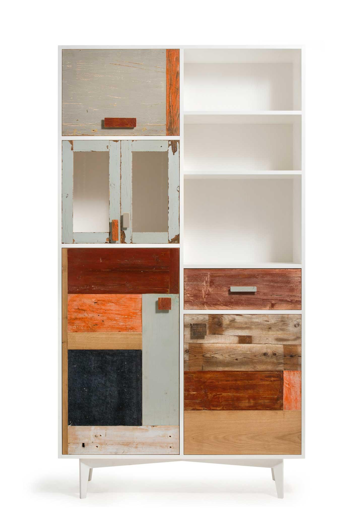 Dispensa in legno di riciclato e legno restaurato a mano. DIversi tipi di legno antico per le ante e struttura in legno laccato bianco.