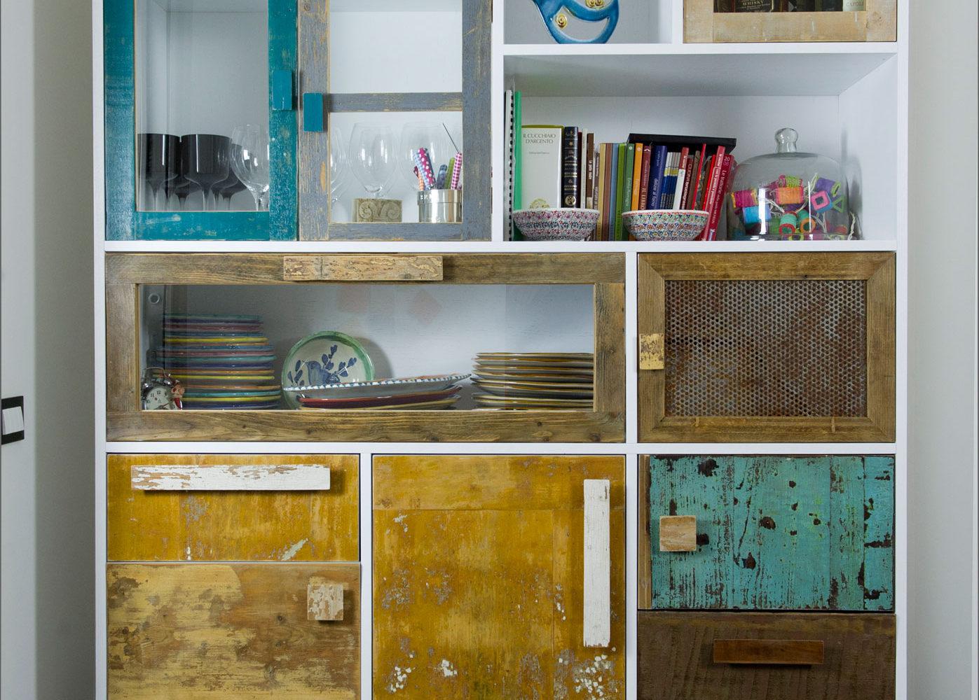 Dispensa con vetri e ante in legno rigenerato su misura personalizzabile