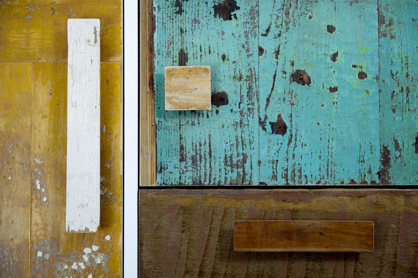 Dispensa classica con struttura in rovere poro aperto, vani a giorno, e sportelli in legno di recupero. Dispensa su misura e modificabile.