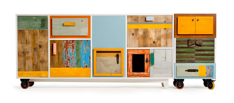 Credenza di due metri con struttura in legno laccato bianco e frontali con diversi tipi di legno riciclato colorato. Struttura su ruote. Dispensa riproducibile su misura.