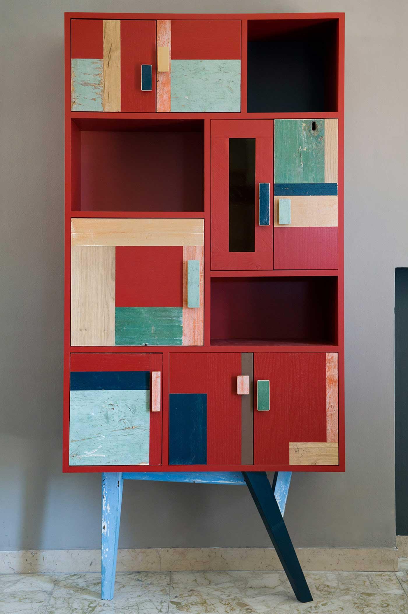 Dispensa alta struttura in legno riciclato vintage. Sportelli con legno di recupero colorato.