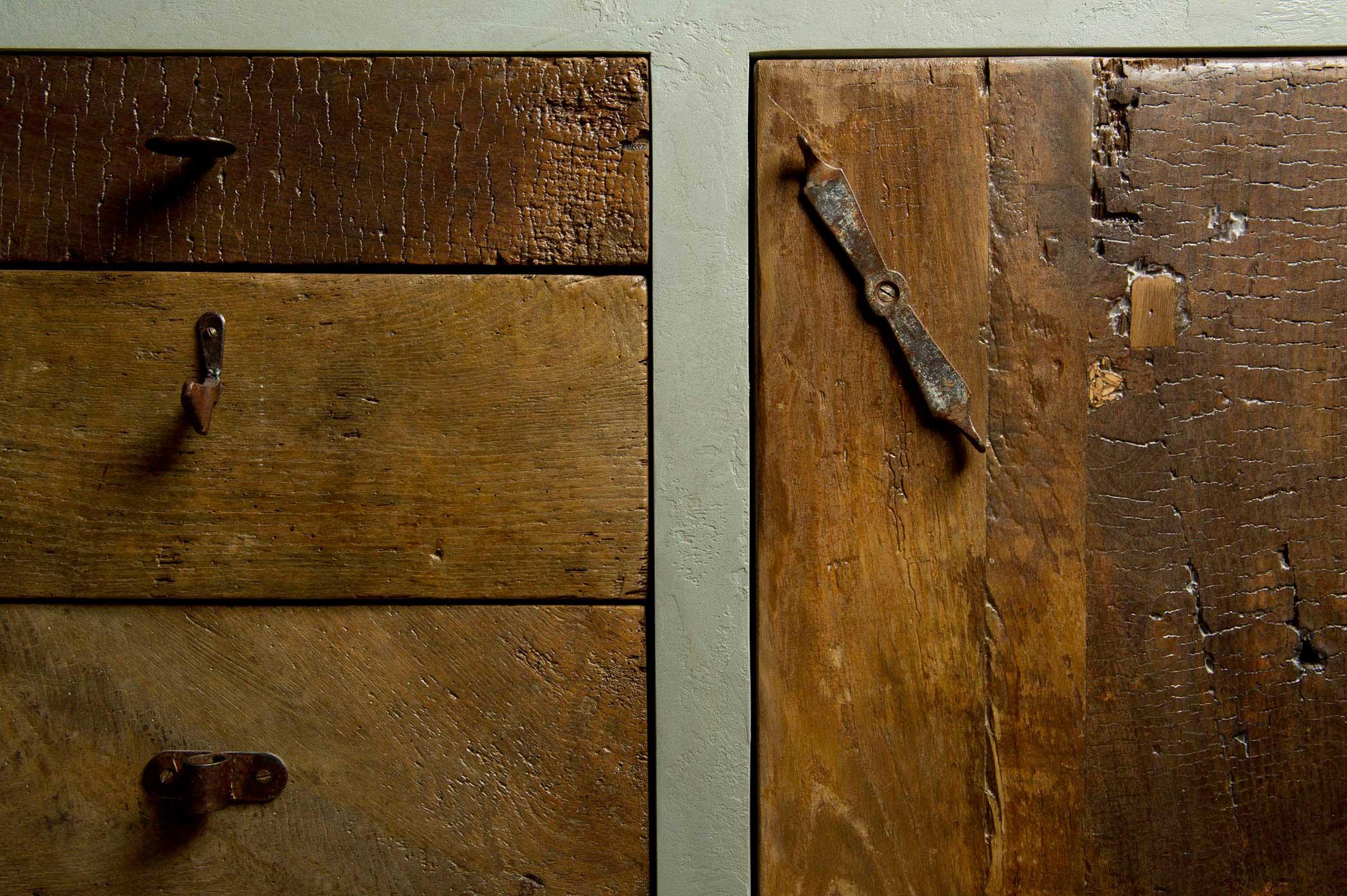 Legno di castagno antico rigenerato diventano ante per una cucina artigianale