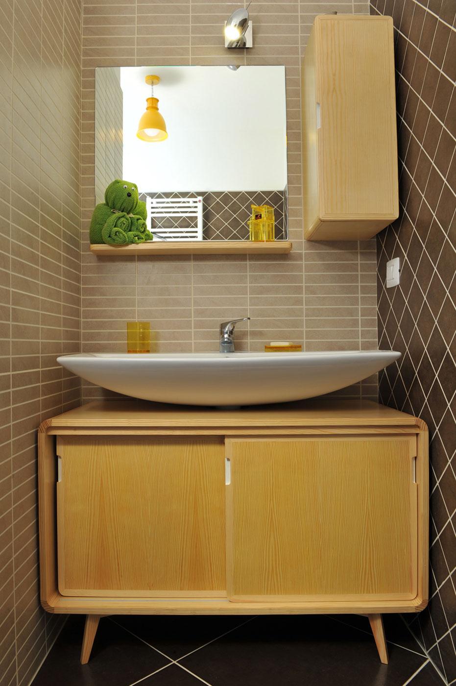 Mobile bagno stile scandinavo in legno di abete massello con porte scorrevoli