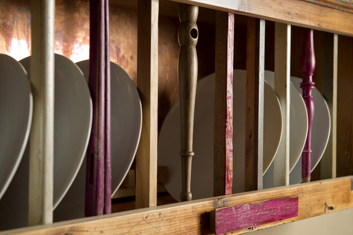 mobile porta piatti stile rustico antico con legno di recupero colorato