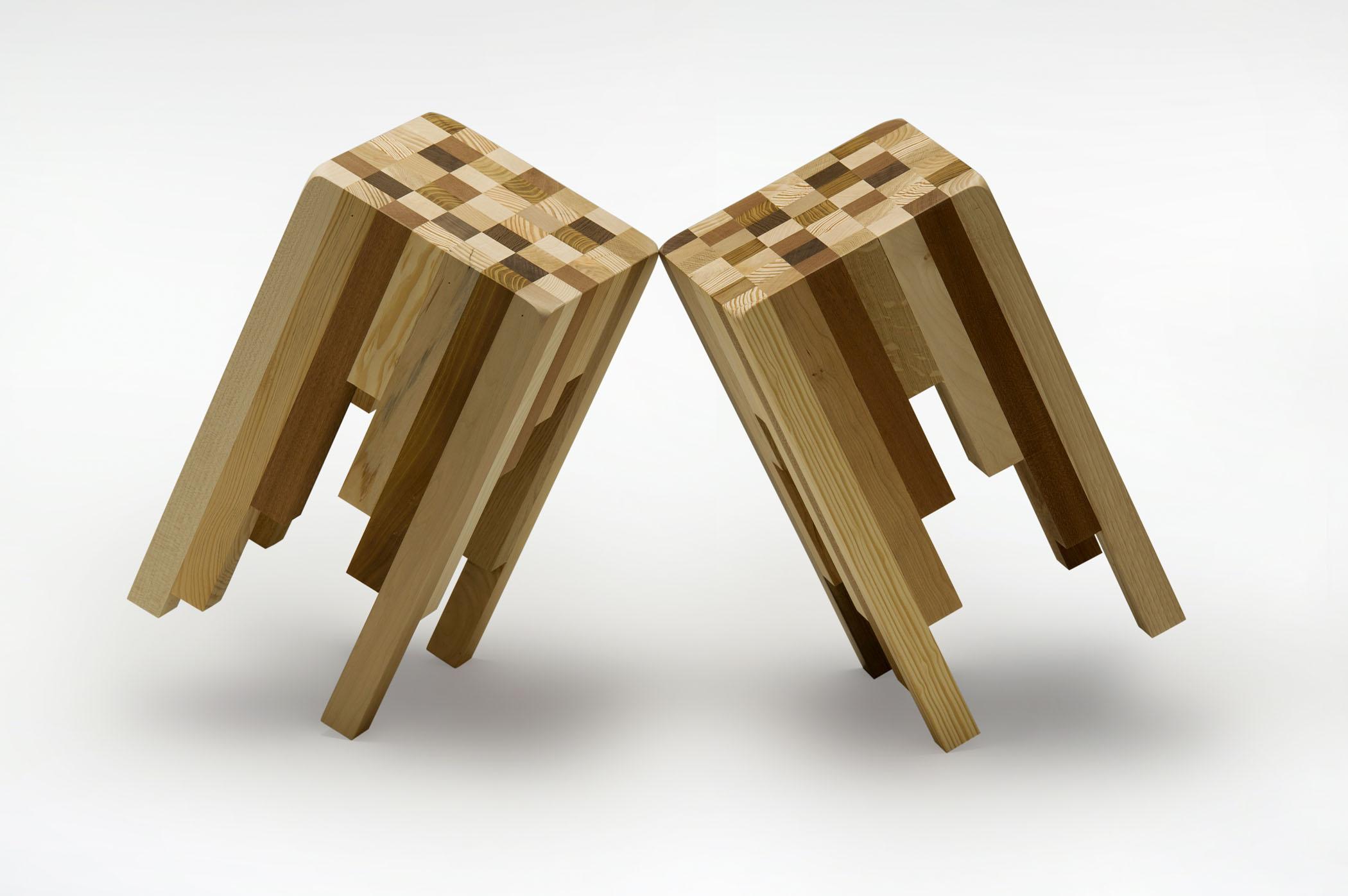 Sgabelli fatti con listelli di legno massello.