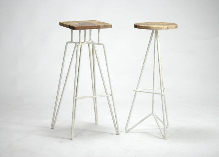 Sgabello alto in ferro bianco e seduta in legno di riuso