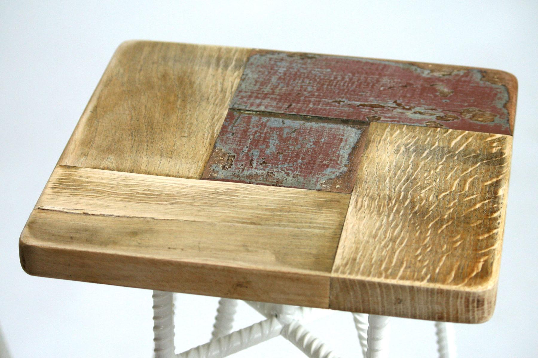 Sgabello in tondino di ferro dipinto a mano bianco e seduta quadrata in legno