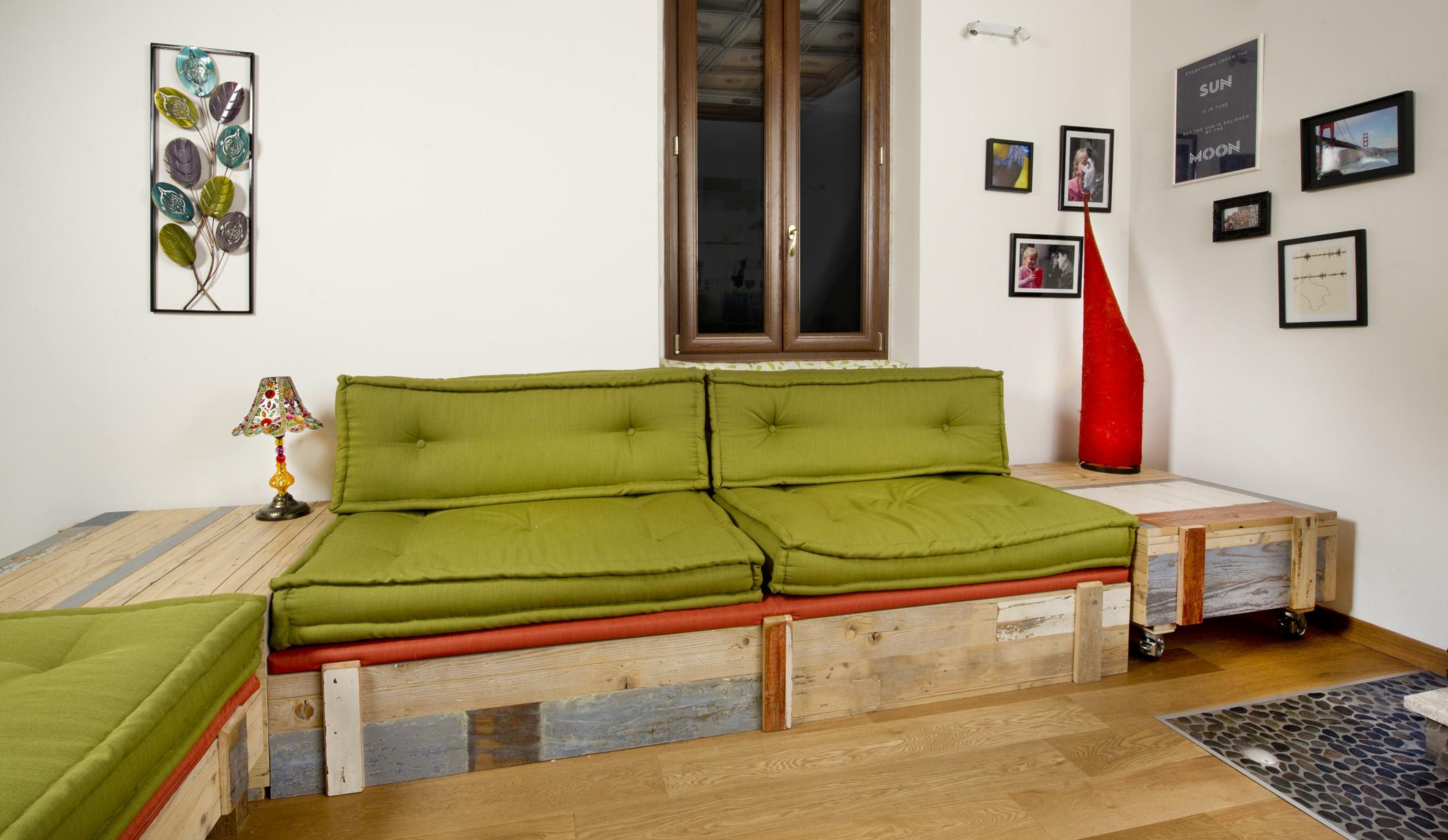 Soggiorno con divano in stoffa vintage artigianale