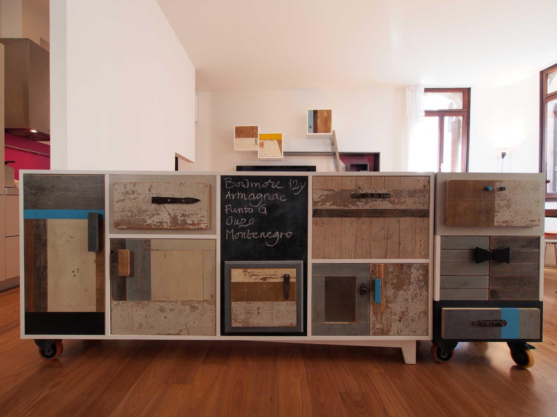 Buffet di due metri con struttura in legno laccato bianco e frontali con diversi tipi di legno riciclato e restaurato a mano. Struttura su ruote. Dispensa riproducibile su misura.