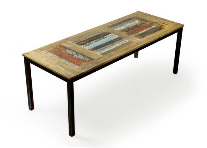 Tavolo con piano in legno massello con patchwork di listelli di legno riciclato vintage. Gambe in ferro al naturale.