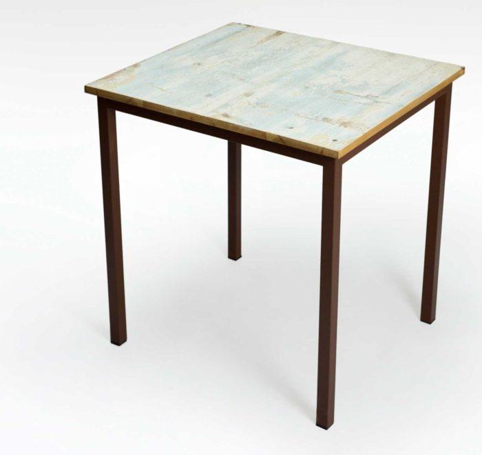 Tavolo con gambe in ferro colorato