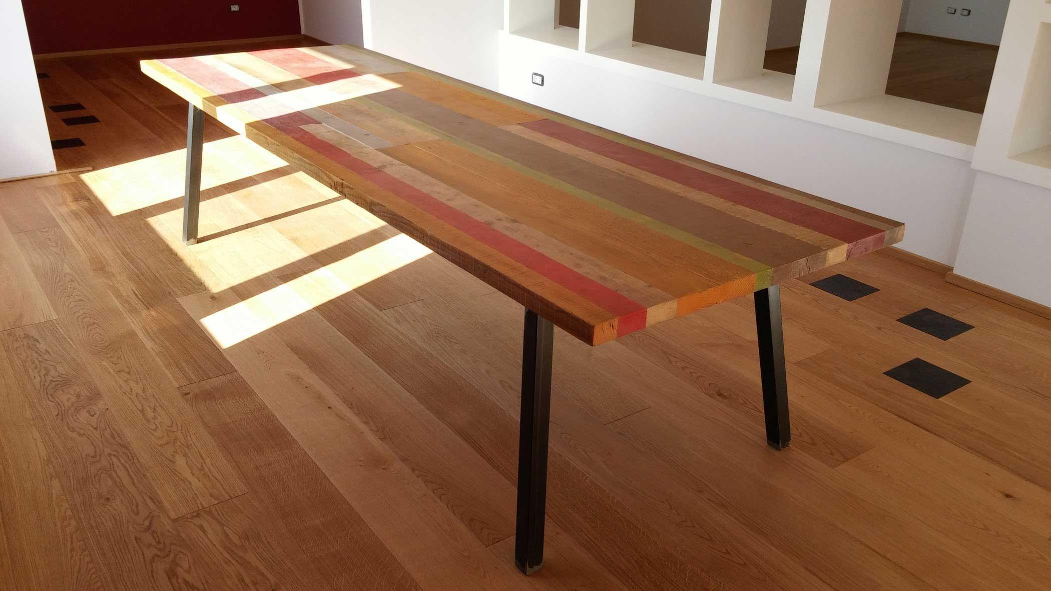 Tavolo da pranzo con assi di legno colorate