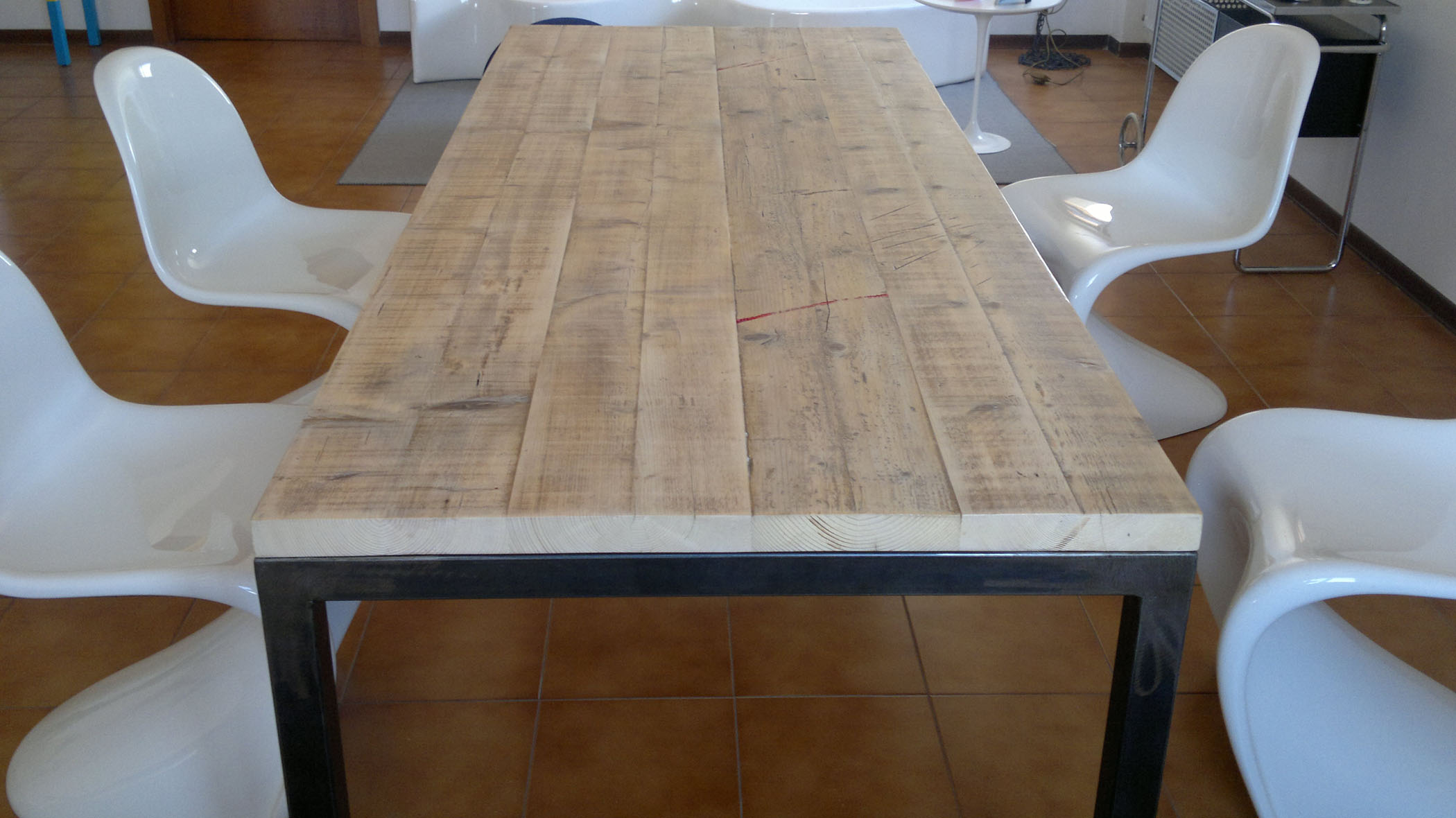 Tavolo da pranzo stile industriale con assi di legno riciclato e struttura in ferro