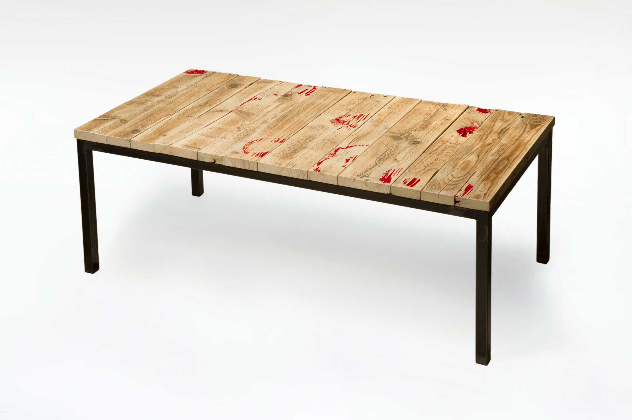 Tavolo con assi di legno recuperato e ferro