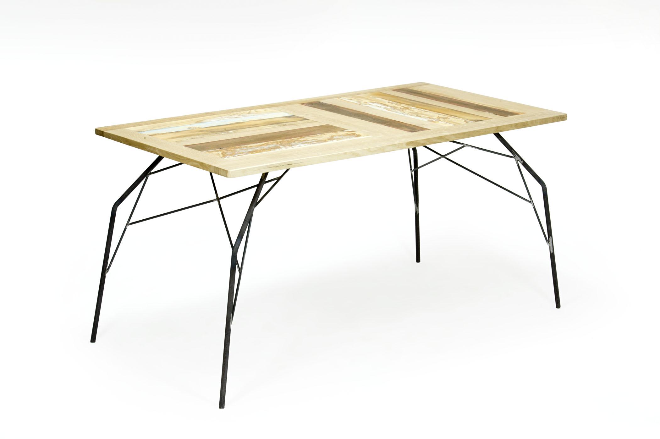 Tavolo rettangolare con base in tondini di ferro e piano in rovere e legno di recupero