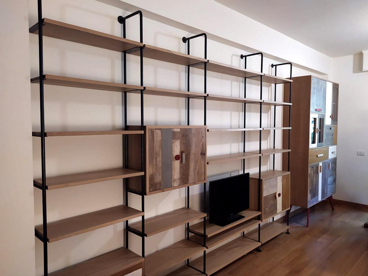 libreria in legno e ferro