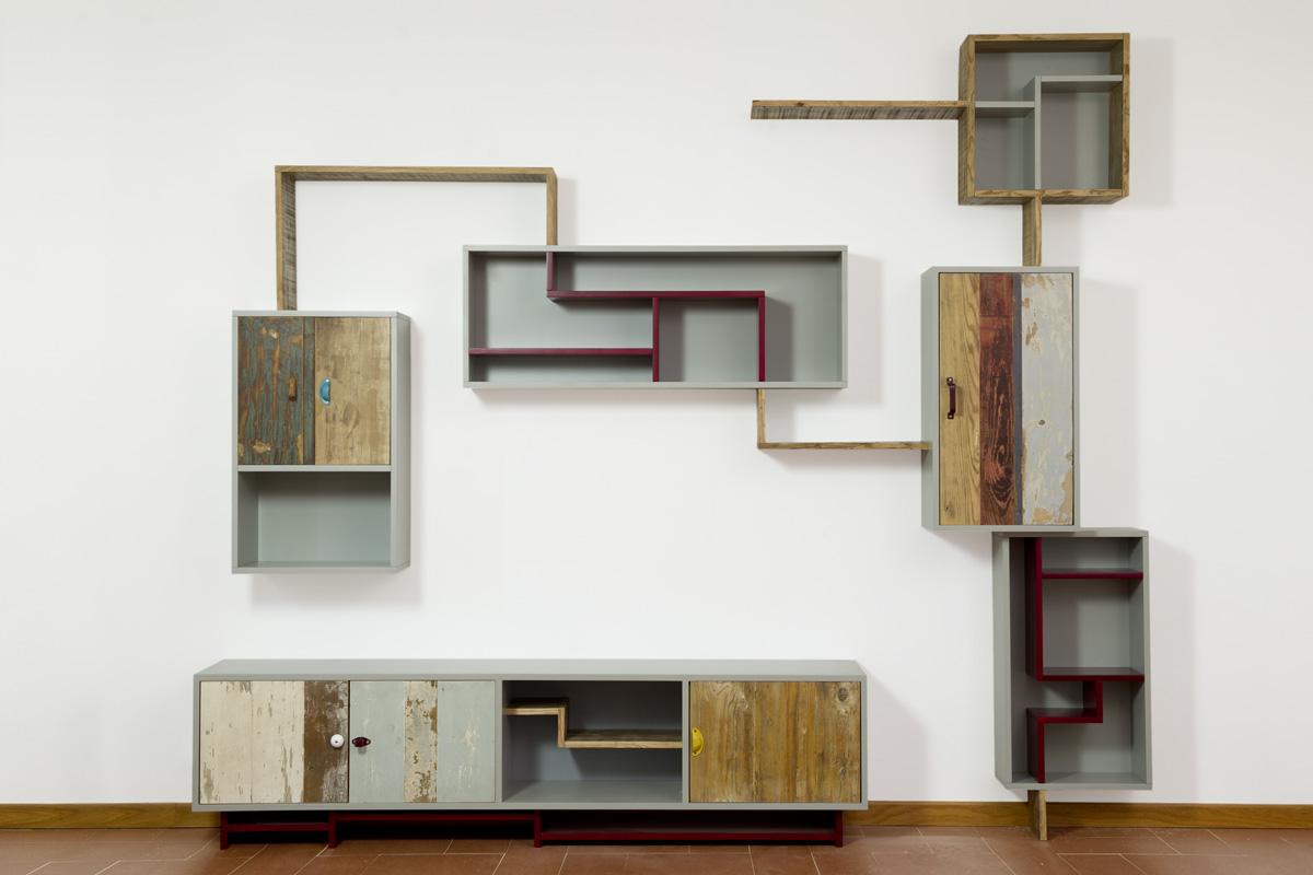 parete attrezzata soggiorno contemporaneo in legno di recupero e laccatura colorata