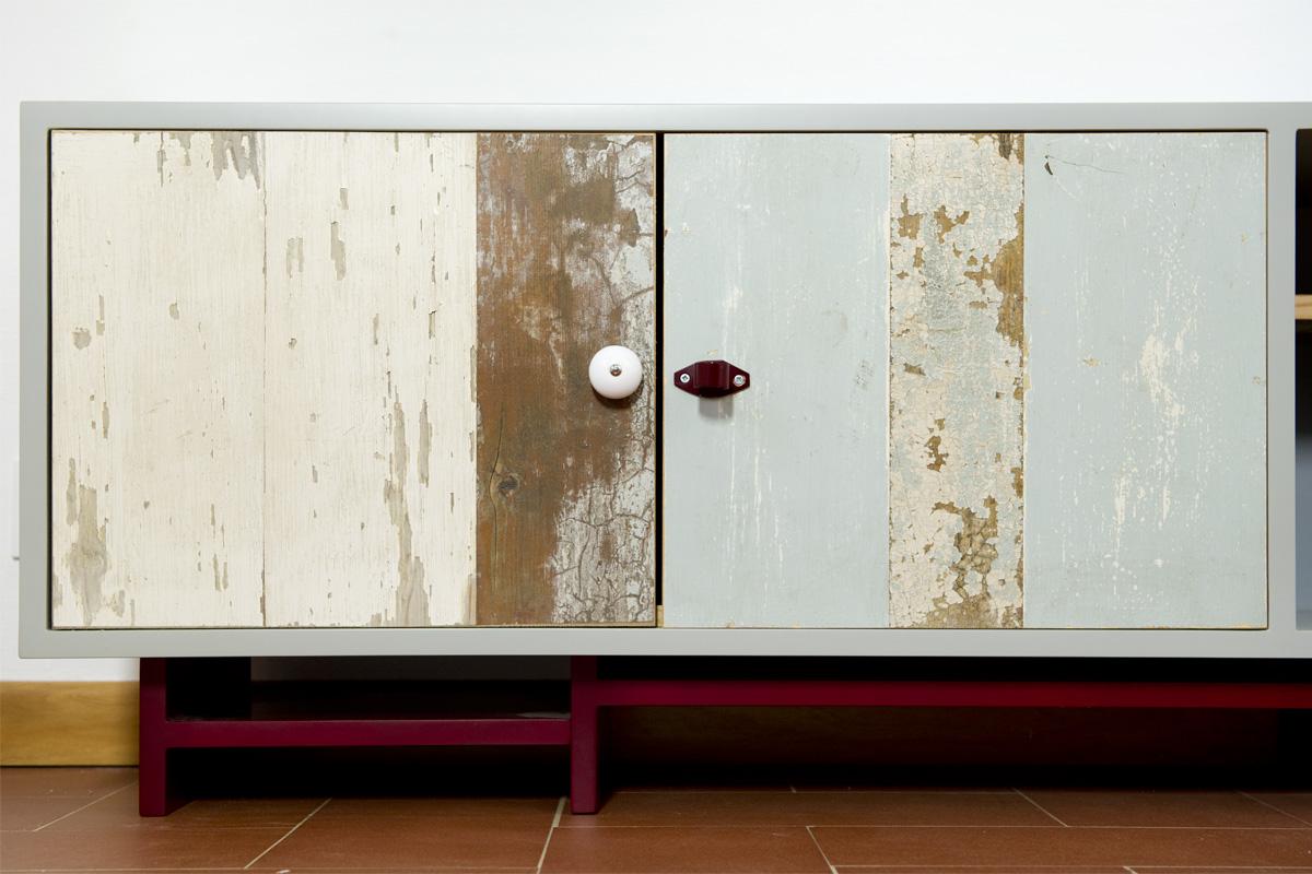piccola madia con legno di recupero patine colorate e pomelli in ferro colorato