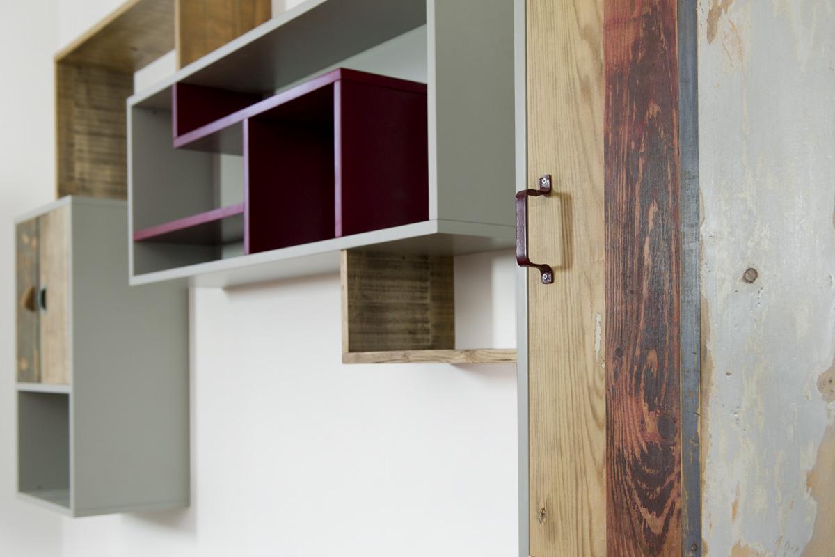 parete attrezzata laccata grigio e sportelli in legno vintage naturale