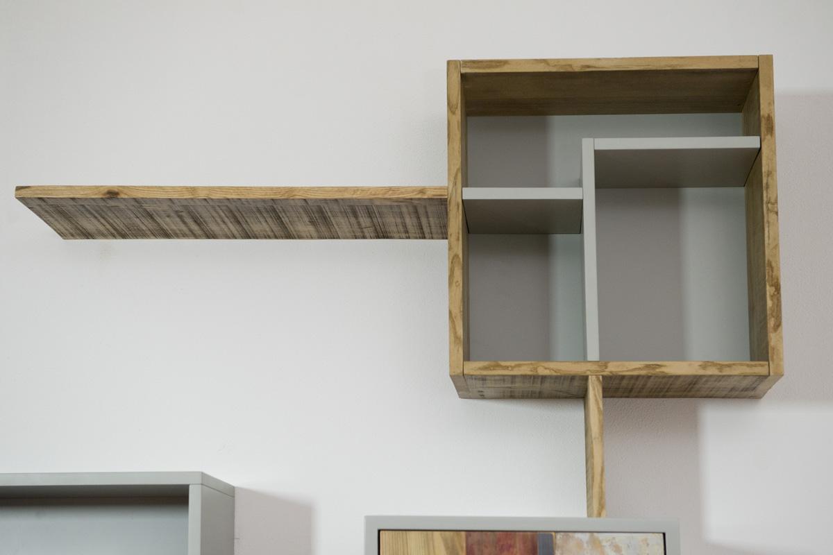 parete attrezzata con legno da cantiere rigenerato ecosostenibile