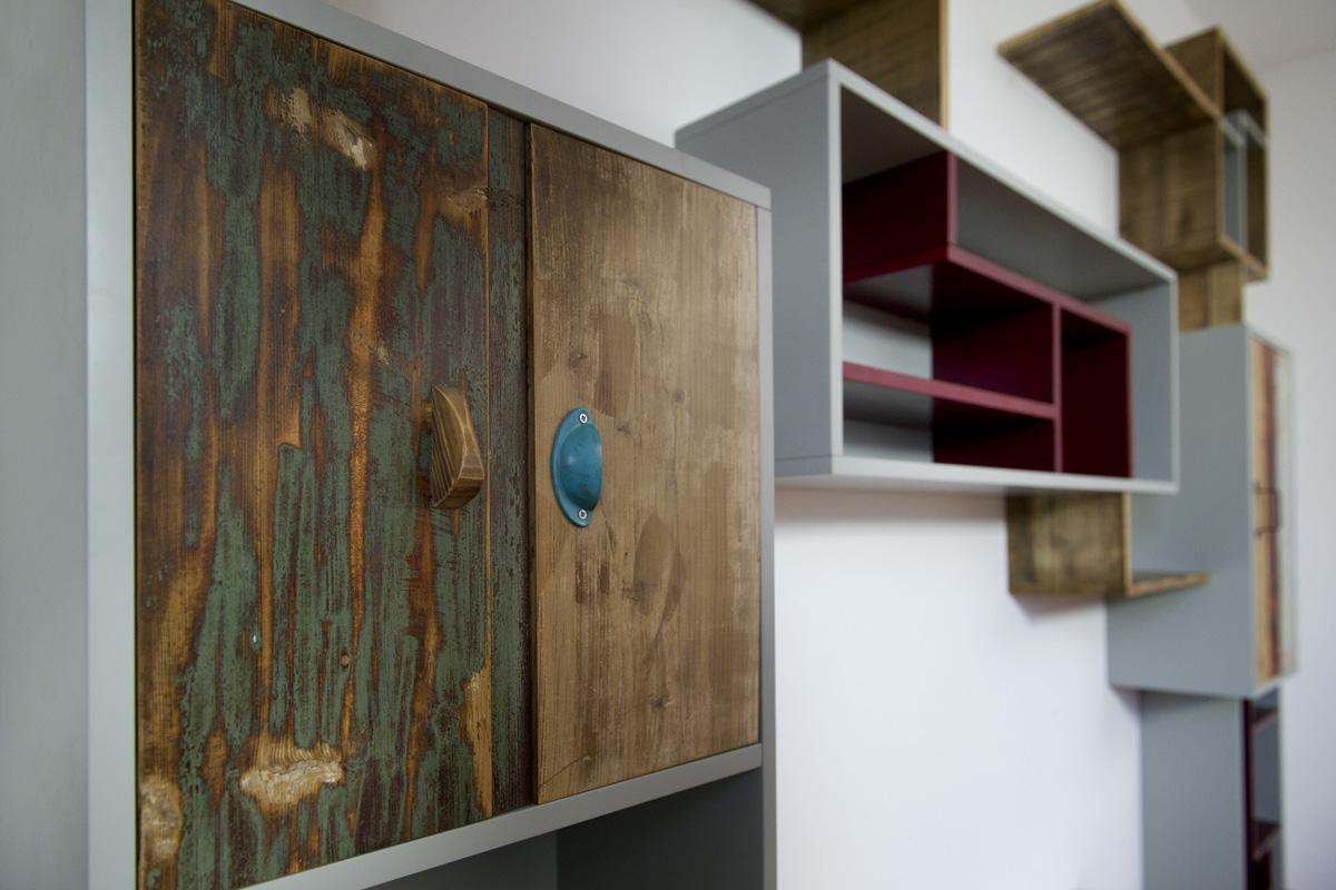 moduli contenitori ensili in legno grigio e legno recuperato