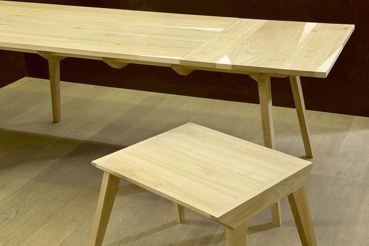 tavolo soggiorno allungabile in legno chiaro di olmo design minimale