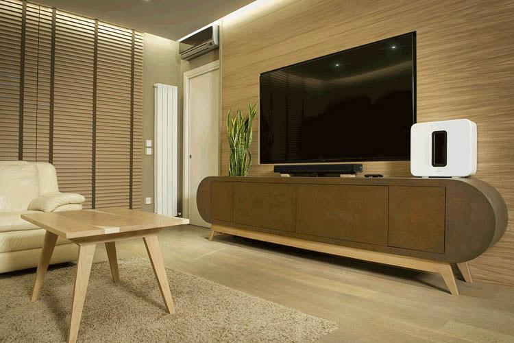 soggiorno con boiserie in legno e porta tv stondato