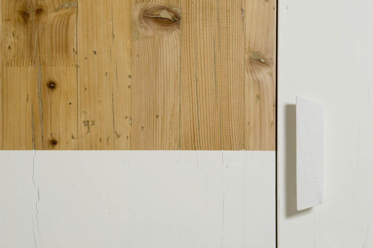 armadio artigianale bianco e legno naturale
