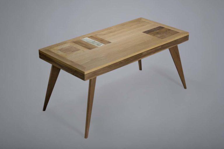 tavolo in legno massello scuro con inserti celesti legno di recupero