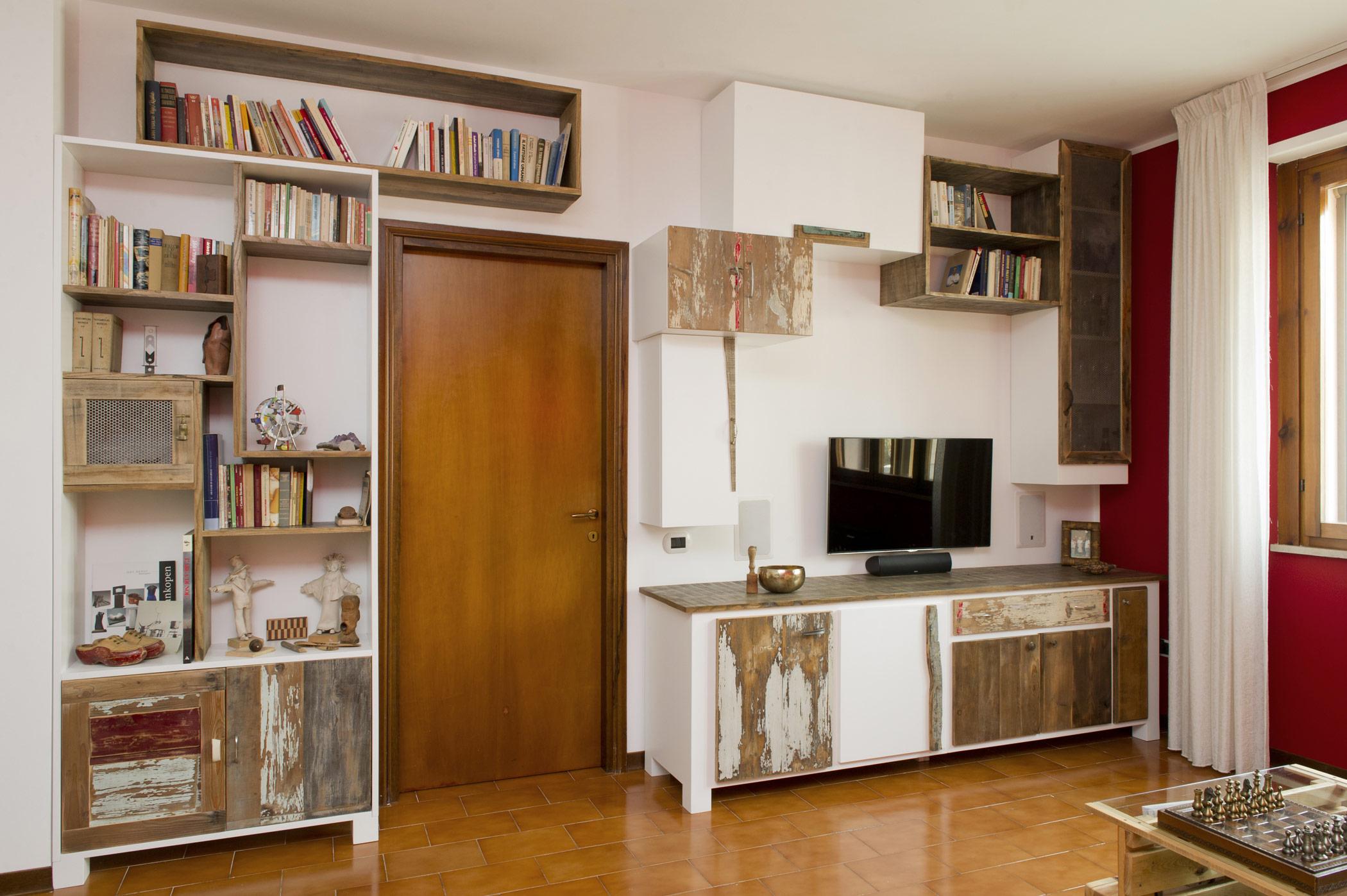 Armadiatura e parete attrezzata su misura in legno recuperato vintage