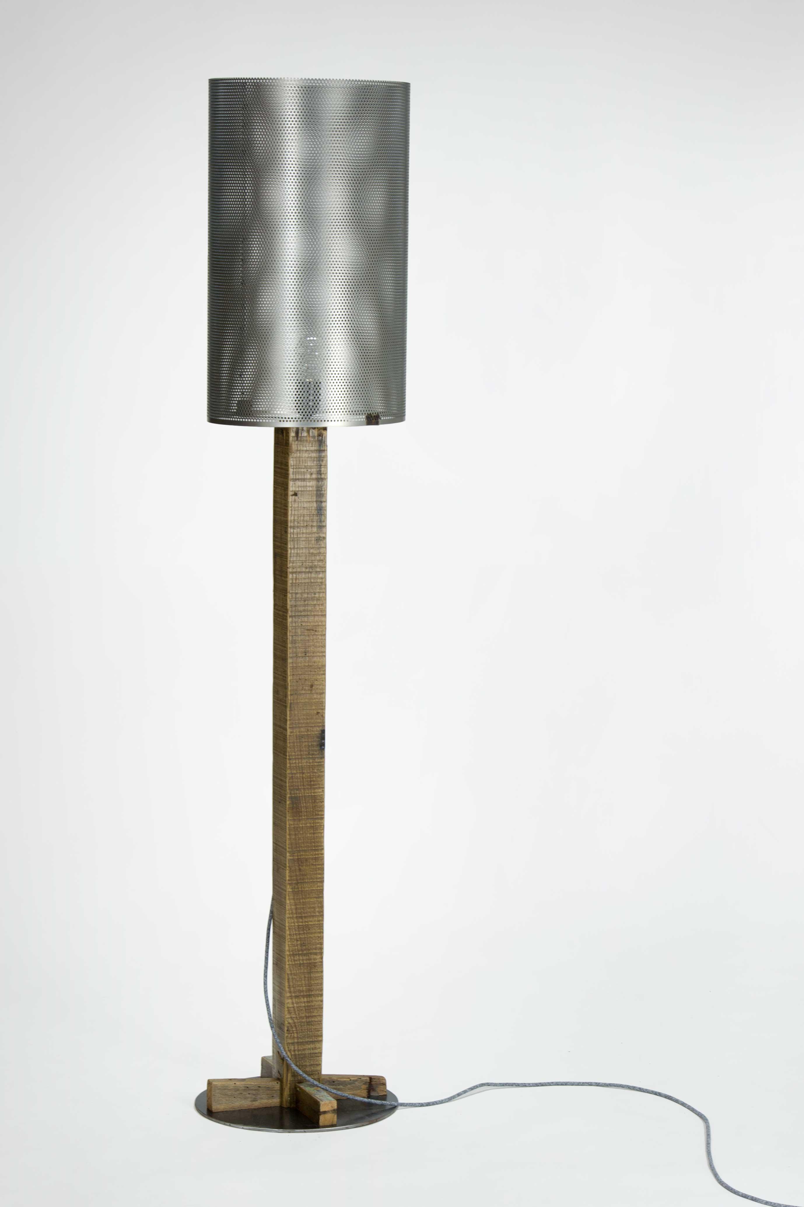 Lampada da terra con corpo in legno vintage, cavo colorato e capello in ferro