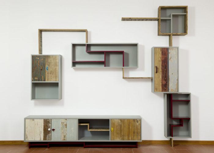 Arredare il salotto con legno di recupero. Parete attrezzata vani a giorno e scaffali in legno di recupero rosso e grigio