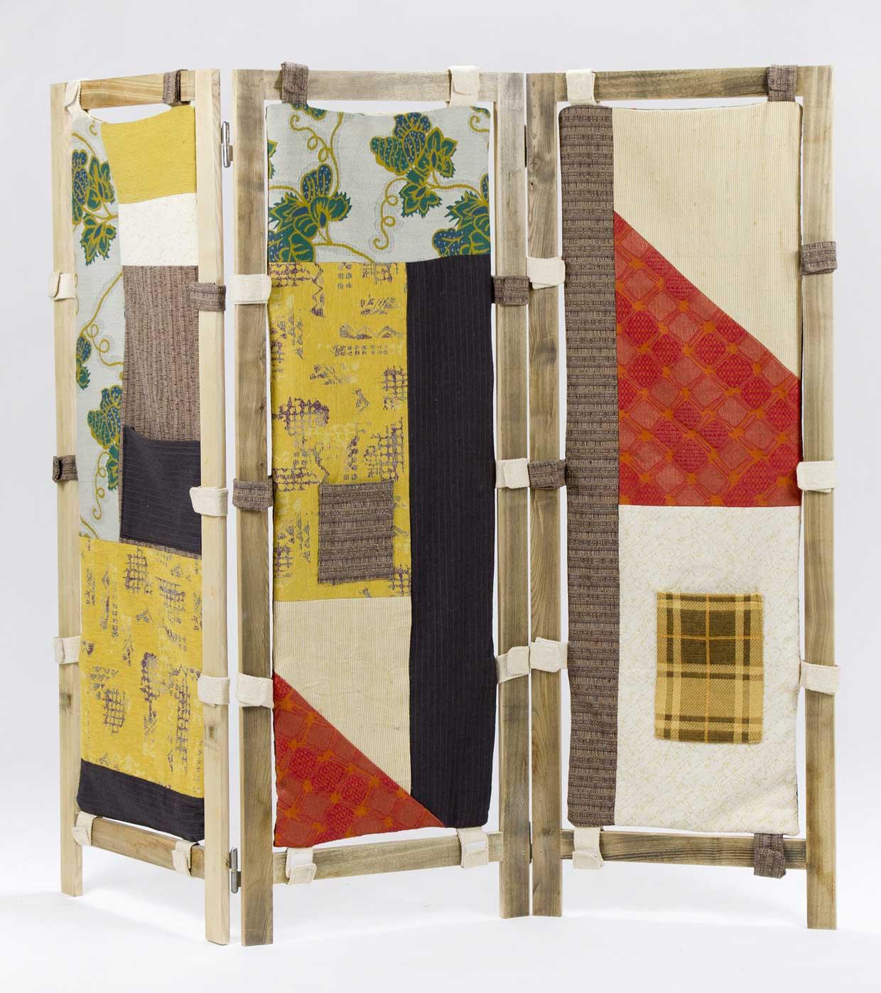Separè artigianale con patchwork di stoffe vintage e legno antico