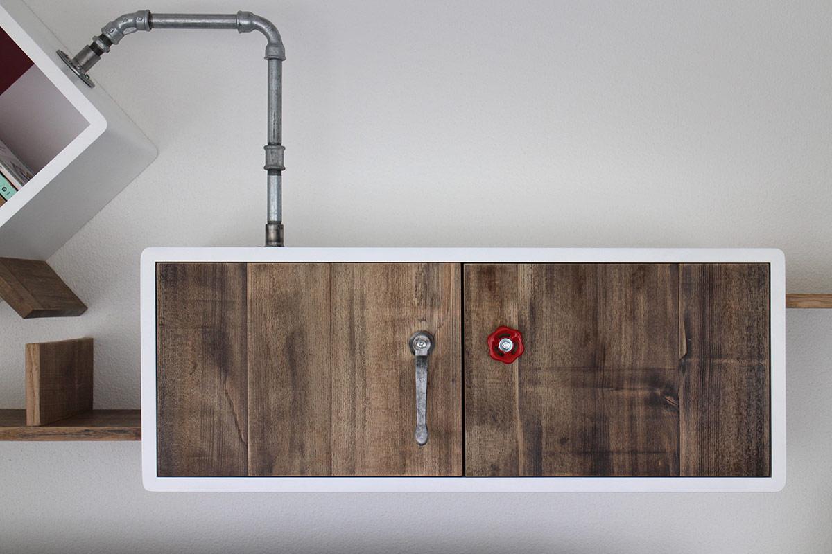 pensile per parete attrezzata in legno e tubi idraulici