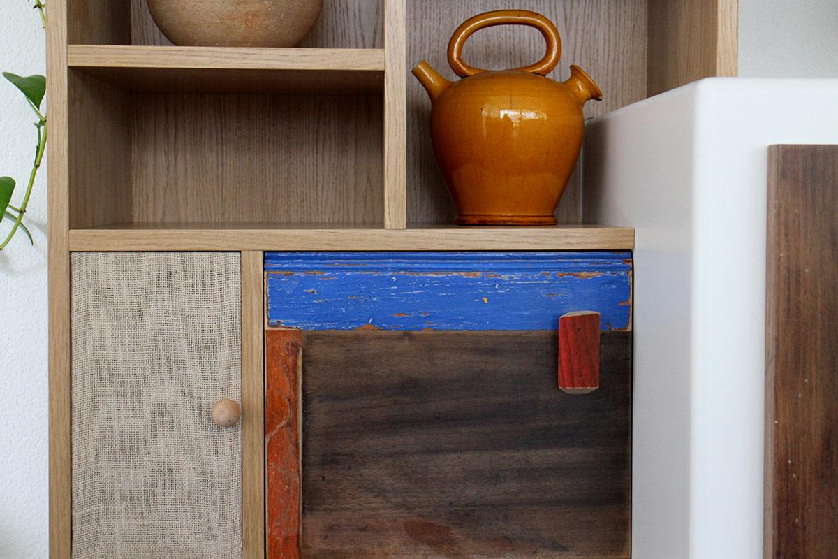 parete attrezzata in legno massello e di recupero colorato azzurro e yuta