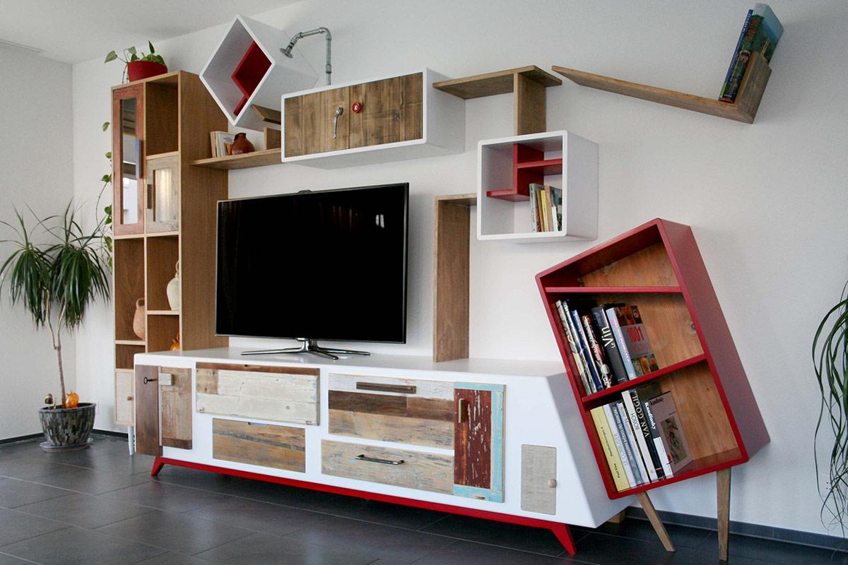 parete attrezzata con mobile porta tv laccato bianco e legno di recupero colorato