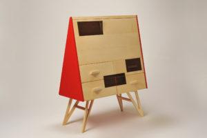 Scrivania a ribalta in legno di acero e wengè massello e laccata rosso lucido